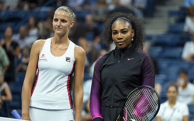 Karolina Pliskova (izquierda) y Serena Williams