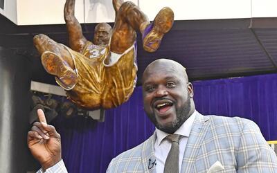 Una estatua del basquetbolista Shaquille O'Neal fue develada en Los...
