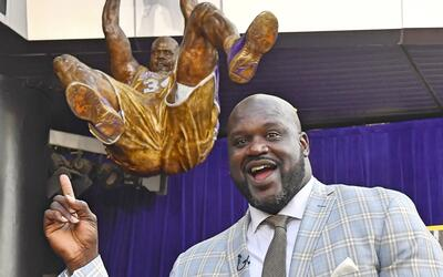 Una estatua del basquetbolista Shaquille O'Neal fue develada en Los &Aac...
