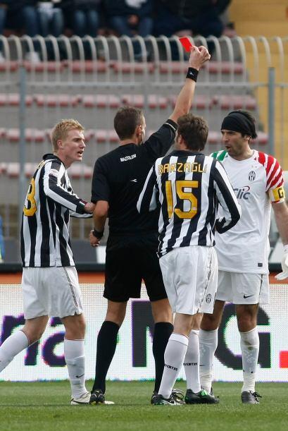 Apenas a los 11 minutos fue expulsado el arquero Gianluigi Buffon.