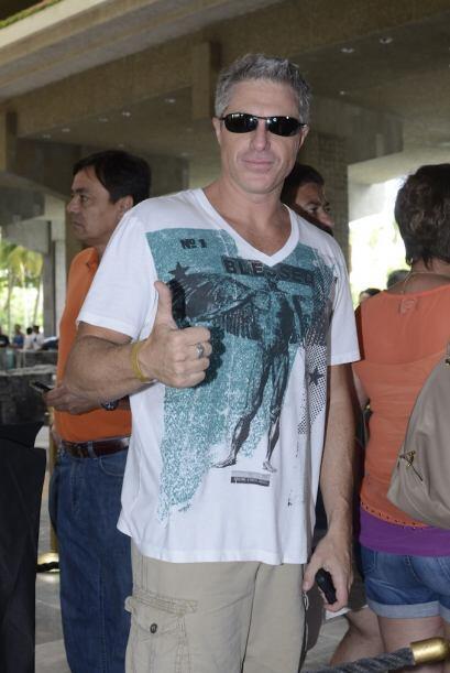 Lisardo llegó al hotel ocultando sus bonitos ojos detrás de unos lentes...