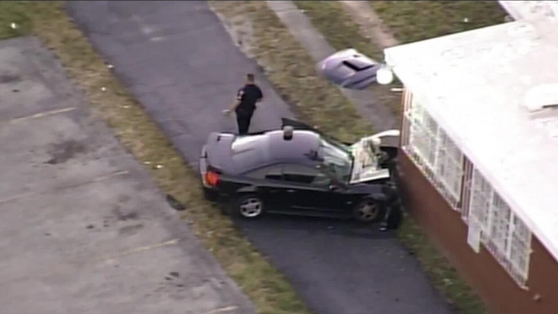 'Miami en un Minuto': un conductor estrella su automóvil contra una vivi...
