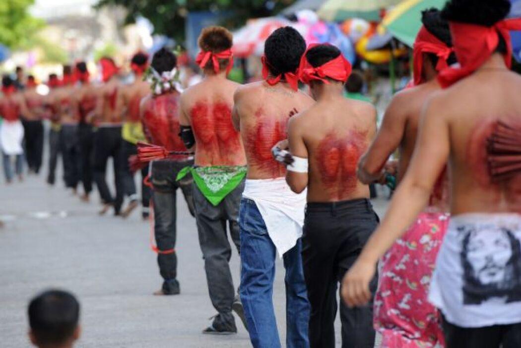 Flagelados y crucificados desfilan por las calles de varias ciudades en...