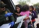 Un grupo de migrantes es detenido en la frontera entre Texas y México.