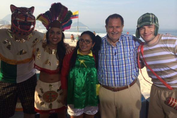 Con Raúl estuvieron algunos mexicanos vestidos como personajes de la his...