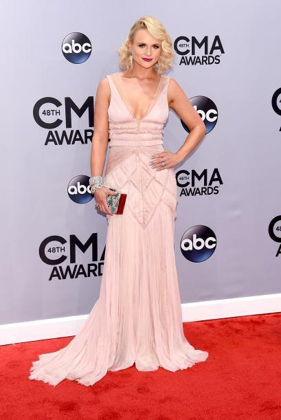 Miranda Lambert fue una de las románticas de la noche con ese vestido pa...