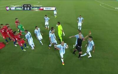 Expulsión!! El árbitro saca la roja directa a Faustino Marcos Alberto Rojo