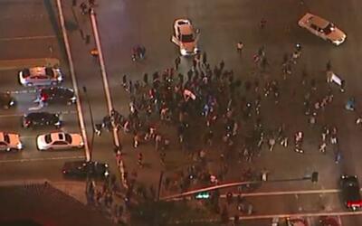 Al menos 300 personas protestaron en Anaheim en contra de un policía que...