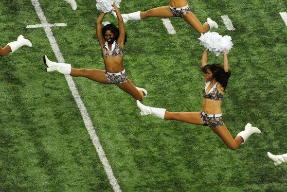 Las chicas animadoras de los Falcons y los Rams lucieron estos bellos at...