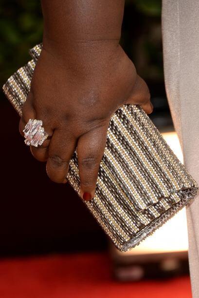 Un precioso 'clutch' en tonos dorados y perla lució la actriz Gab...