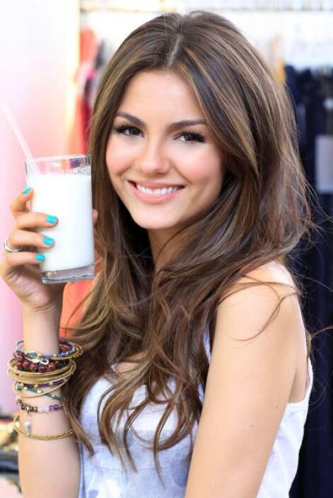 Sí, la estrella de iCarly y Zoey101, también toma leche y con eso le bas...