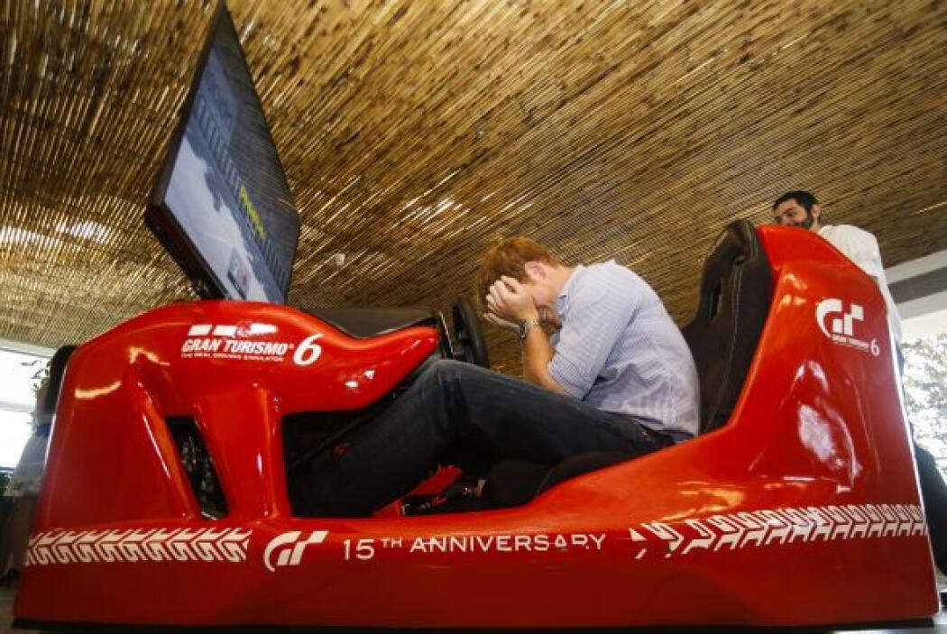 Harry se divirtió en un simulador de la Formula 1 en el  Instituto Ayrto...