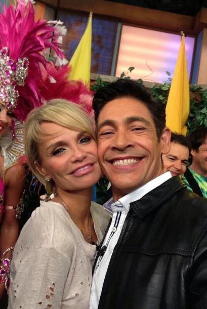 """""""Aquí en @DespiertaAmeric con la bella @KChenoweth del elenco de #Rio2 I..."""