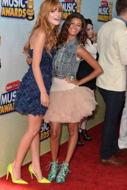 Bella Thorne apostó por un 'mini dress' azul cuya textura figurab...