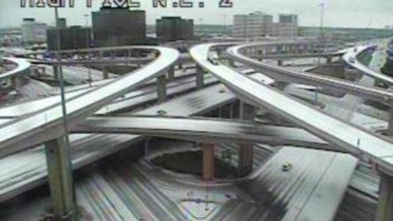 Puentes y muchas autopistas quedaron cubiertas de hielo