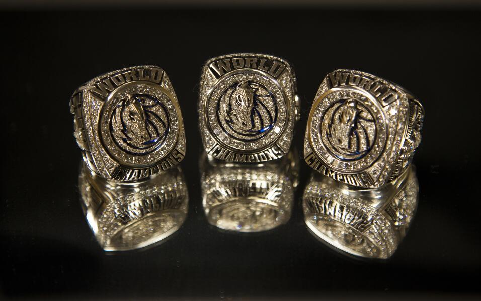 Tres de los anillos de campeón de la NBA de los Dallas Mavericks del 201...