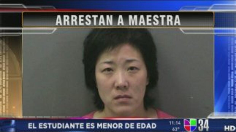 Encontraron a maestra besándose con su ex-alumno menor de edad a plena l...