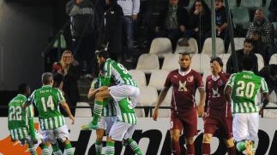 Los jugadores del Betis celebran el gol deDidac Vili.