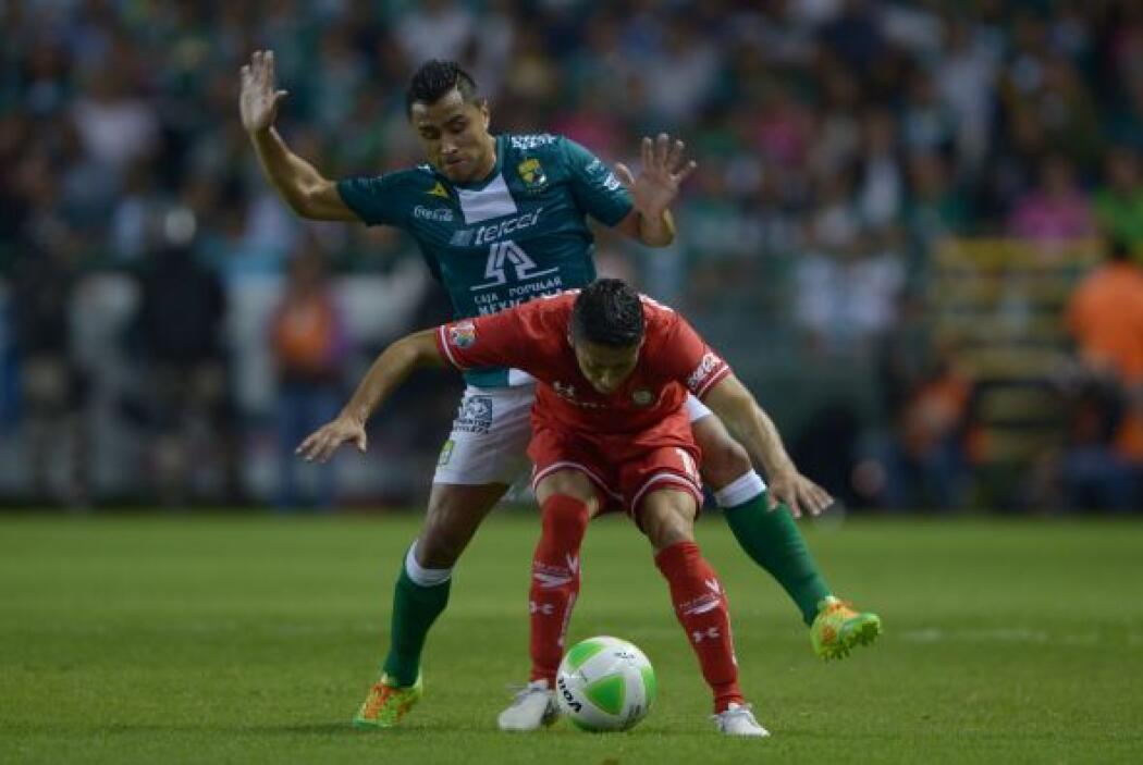 Edwin Hernández (8): Dominó el costado izquierdo de León. En una de sus...