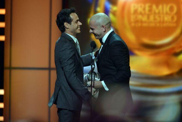 El emotivo momento conmovió a los fans de Marc, quien se llevó todas las...