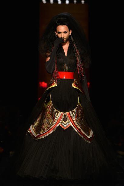 Conchita lució un vestido negro, lleno de detalles y algunas transparenc...