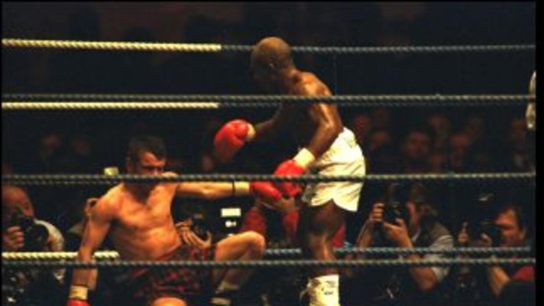 Jacob Matlala en su pelea contra Pat Clinton en Escocia para ganar el ci...