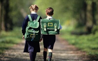 Niños enfrentan las largas distancias a la escuela