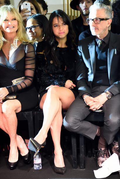 Estuvo muy atenta a las propuestas de Versace para la próxima tem...