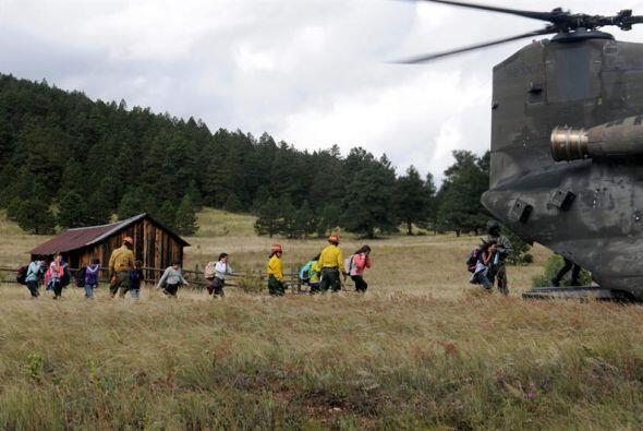 Miembros de las FFAA ayudan en la evacuación de los vecinos de Co...