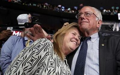 El momento en el que Bernie Sanders pide que se proclame a Hillary Clint...