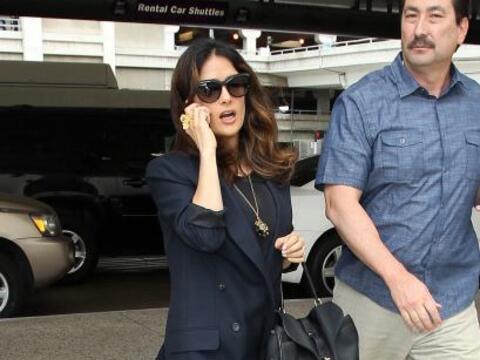 Salma Hayek estaba en el aeropuerto internacional de Los Ángeles,...