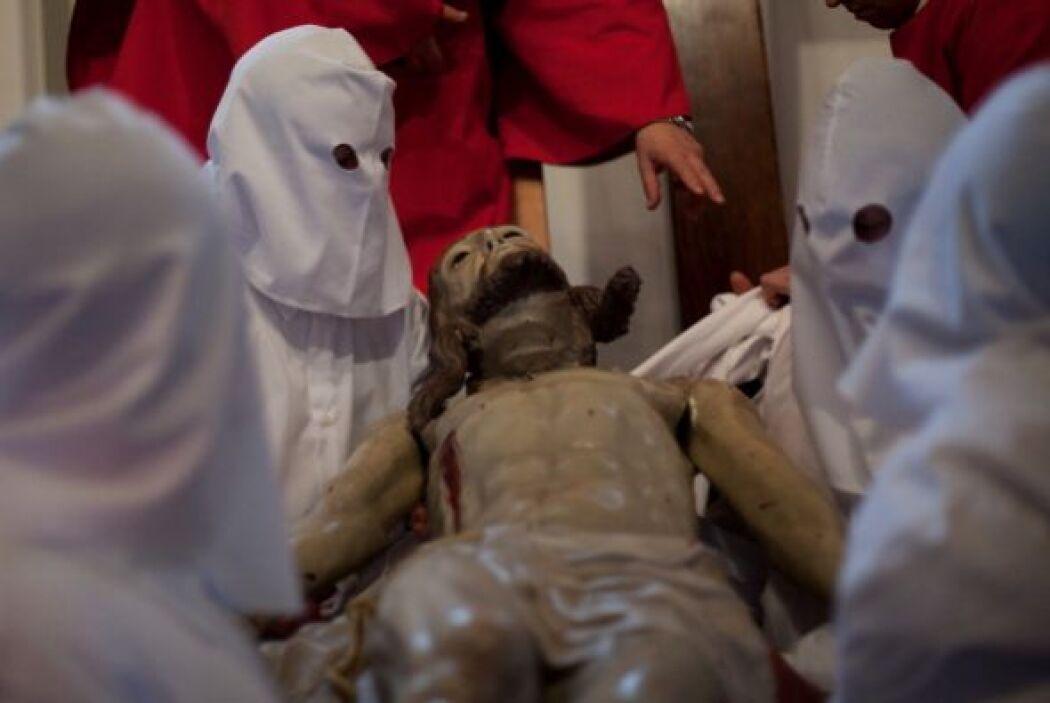Los penitentes de Zamora bajan de la cruz la imagen de Jesucristo antes...