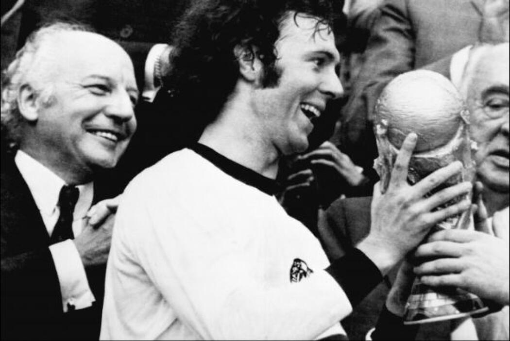 Franz Beckenbauer. Exfutbolista y exdirector técnico alemán. Apodado El...