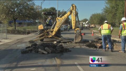 Residentes alertan de nuevo hundimiento en una calle al oeste de San Ant...