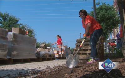 Voluntarios trabajan para ayudar a necesitados