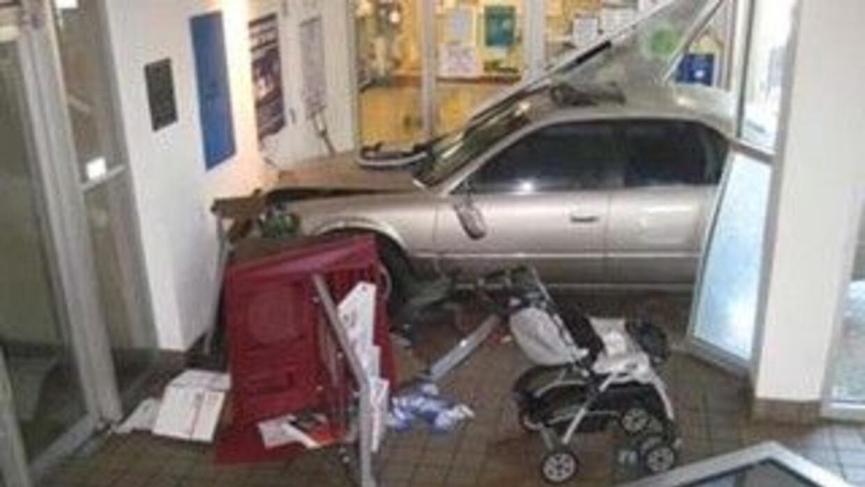 Foto cortesía de los Bomberos de Miami Este carro se estrelló contra la...