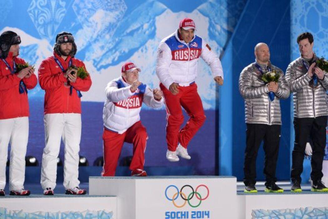 Alexander Zubkov no dudó en brincar sobre el podio luego de ganar el oro...