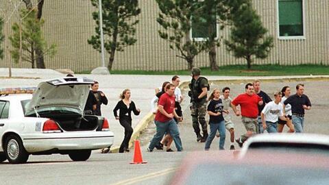 20 abril de 1999. Dos estudiantes armados de 17 y 18 años, Eric H...
