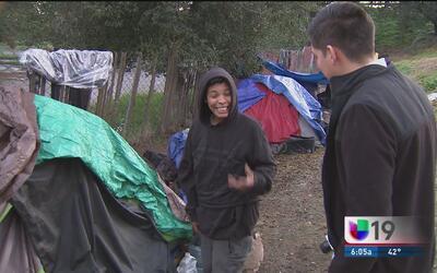 Autoridades intentan rescatar a un grupo de indigentes varados en medio...
