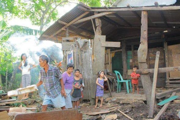 Una familia de filipinos en la ciudad de Masbate, en el centro de Filipi...