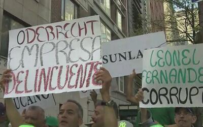 Decenas de personas protestaron por la presencia del expresidente domini...
