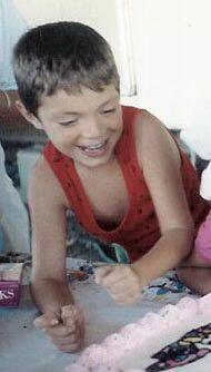 Aquí lo ves de 6 años en el cumpleaños de una prima.
