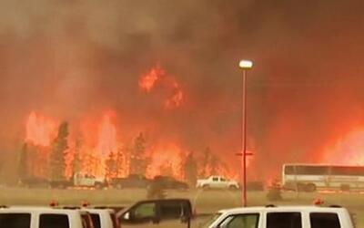 Voraz incendio amenaza con acabar con todo un poblado de Canadá