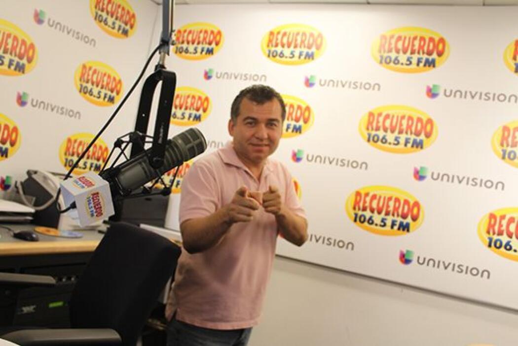 Nuestro locutor Noel Orellana de Recuerdo 106.5 se viste de rosa para ap...