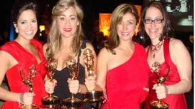 Las presentadoras Pamela Silva Conde y Gloria Ordaz juntas a la reporter...