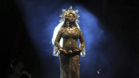 Beyonce canta en la ceremonia de los premios Grammy el domingo 12 de feb...