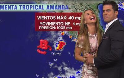 Pedro Moreno bailó con Ximena en su segmento del weather