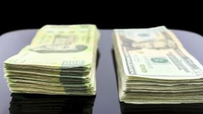 El dólar alcanzó este jueves los 15.55 pesos mexicanos en el tipo de cam...