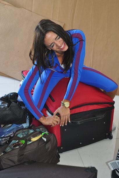 Bárbara sufrió cerrando su gigante maleta roja.