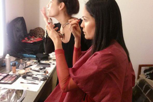 Llegó la hora del maquillaje, Karla sorprendida ante el espejo.